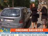Huligānu kompānija dauza automašīnas