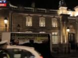 """Protestējot, """"Greenpeace"""" aktīvisti izbēruši piecas tonnas ogļu pie Francijas prezidenta pils"""