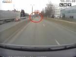 """Video: Agresīvs """"Lexus"""" braucējs aizbēg no policijas"""