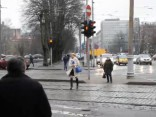 TVNET eksperiments: cilvēki šķērso ielu pie sarkanās gaismas