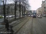 Bērns skrien tramvajam zem riteņiem