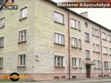 Pusaudze dzīvo daudzdzīvokļu mājas kāpņutelpā