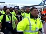 Lidostas darbinieki ar haku sagaida Jaunzēlandes regbistus