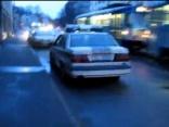 Policija nelikumīgi stāv pie Slokas 12 nama