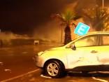Piecus metrus augsti viļņi Čīles kūrortpilsētā apgāž pat auto
