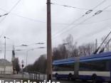 Rīgas satiksmes trolejbuss ignorē sarkano gaismu