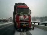 Vīrietis pakļūst zem kravas auto, tomēr izdzīvo