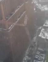 Manhetenā nogāžas ceļamkrāns