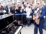 Eltons Džons uzstājas Londonas metro
