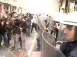 Saniknoti grieķu fermeri ar nūjām iekausta policistus