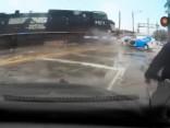 Noskaties: Vilciens iznīcina neuzmanīga autovadītāja braucamo