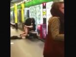 Pārītis nodarbojas ar seksu Barselonas metro pieturā