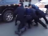 Bijušais olimpiskais čempions izrēķinās ar septiņiem policistiem vienlaicīgi
