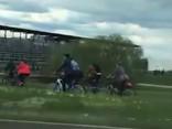 Nekaunīgi velosipēdisti uz Salu tilta kaitina šoferus un bremzē satiksmi