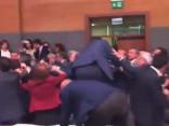 Turcijas parlamentāriešu strīds pāraug masveida kautiņā