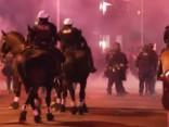 Haoss pret Trampu vērsos protestos ASV; policija liek lietā dūmu granātas