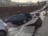 Itālijā pazemē iebrūk divi desmiti automašīnu