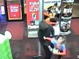 Septiņgadīgs zēns rotaļlietu veikalā stājas pretī bruņotiem laupītājiem