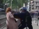 Francijas policija brutāli izrēķinās ar sievieti