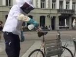Cīrihes centrā riteņbraucējs sauc glābējus, lai atbrīvotos no bišu spieta