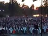 Simtiem dejotāju vienojas kāzu uzveduma dejā