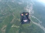 Cilvēks - bulta izlec no helikoptera un apbrīnojami precīzi trāpa  mērķī