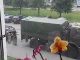 NBS karavīri armijas automašīnu izmanto, lai Pļavniekos pārvestu savu iedzīvi