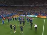 Noskaties: Islandes futbolisti sadziedas ar līdzjutējiem
