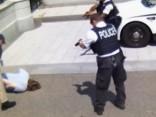 Novērošanas kameru video: Baltā nama apsargi pie prezidenta rezidences aptur bruņotu vīrieti