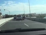 Brazīlijā motobraucējs izdzīvo pēc avārijas un nokrišanas no estakādes