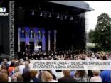 """Opera brīvā dabā - """"Seviljas bārddzinis"""" Jēkabpilī pulcina daudzus"""