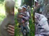 Mazais Rūdolfs gādīgo glābēju rokās dodas pie mammas