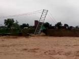 Baisi skati: Nepālā plūdi aizskalo milzu tiltu
