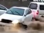 Iespaidīgs video: autobuss paglābj plūdu straumes nestu auto
