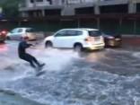 Maskava izklaidēties prot! Veikbords plūdu pārņemtajās ielās