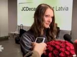 Ar aizkustinājuma asarām acīs Ikauniece-Admidiņa atgriežas Latvijā