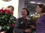 Ar skaļiem aplausiem Rīgas lidostā tiek sagaidīta Prokopčuka