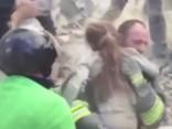 17 stundas zem drupām - Itālijā izglābj 10 gadus vecu meitenīti