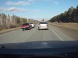 Nervozi autovadītāji nesadala ceļu un avarē