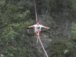 Nervus stindzinoši: virves staigātāju sacensības 300 metru augstumā