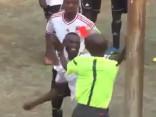 Video: Zimbabves čempionāta spēlē futbolists izkaujas ar tiesnesi
