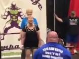 Noskaties: 95 gadus veca vecmāmiņa paceļ 60 kg smagu stieni