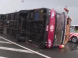 Taifūns pieņemas spēkā, Taivānā vējš apgāž tūristu autobusu