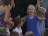 Noskaties: Nadals pārtrauc maču laikā, kad māte tribīnēs pazaudējusi meitu