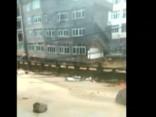 Aculiecinieka video: Ķīnā taifūna dēļ sabrūk četrstāvīga māja