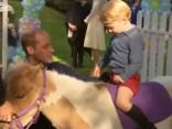 Karaliskais pāris ar bērniem apmeklē bērnu ballīti Kanādā