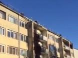 Aculiecinieka video: darbi pie vakar degušās mājas Siguldā