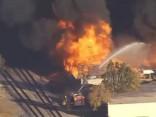 Noskaties: Kalifornijā ugunsgrēks pārstrādes centrā kļūst nekontrolējams