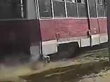 Baisi: Krievijā tramvajs aiz sevis velk pasažieri, kuram durvīs ieķērusies kāja