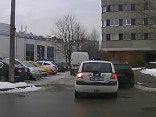Policijas automašīna pārvadā pasažierus